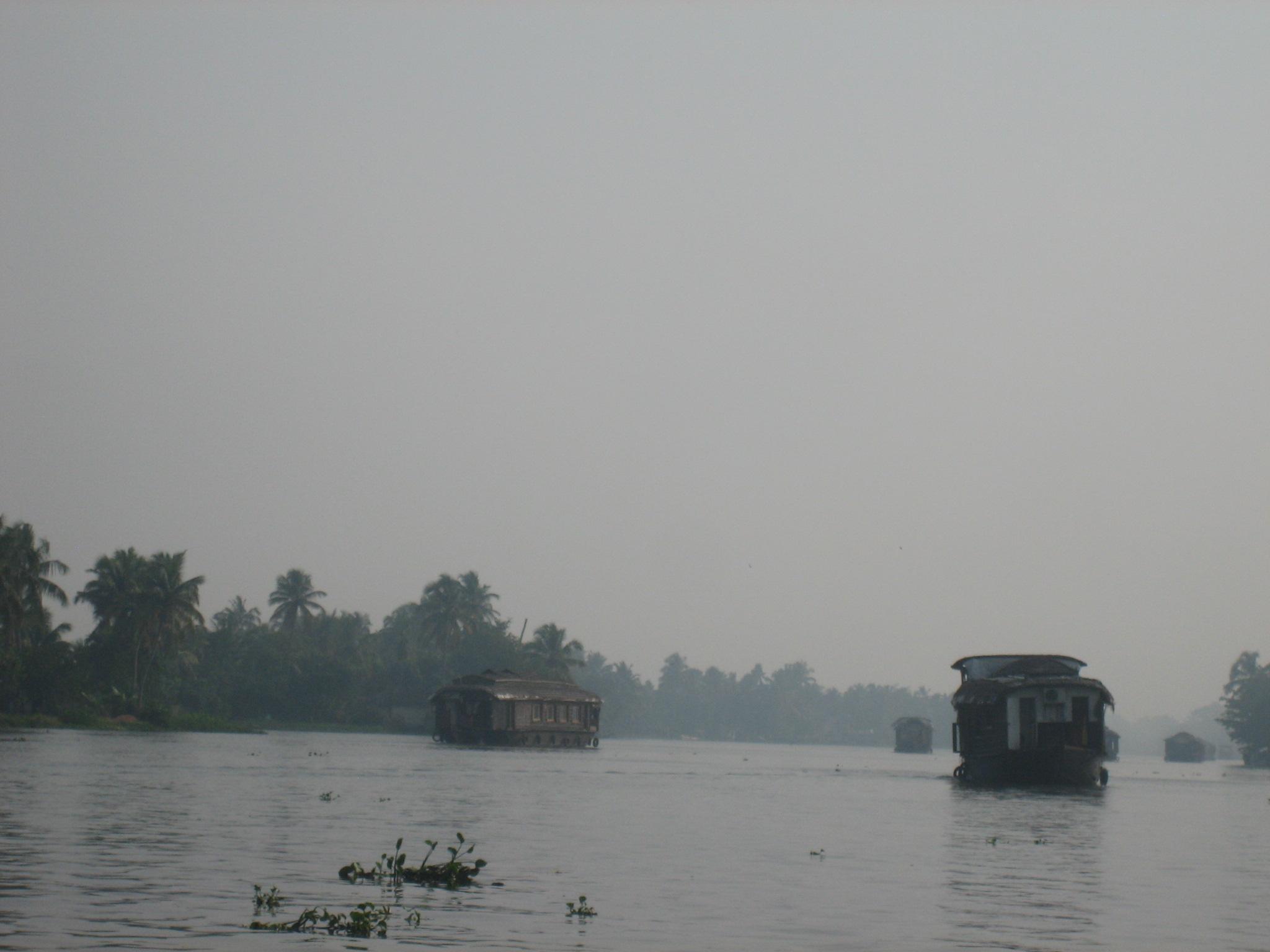Ein traditionelles indisches Hausboot auf dem Fluss