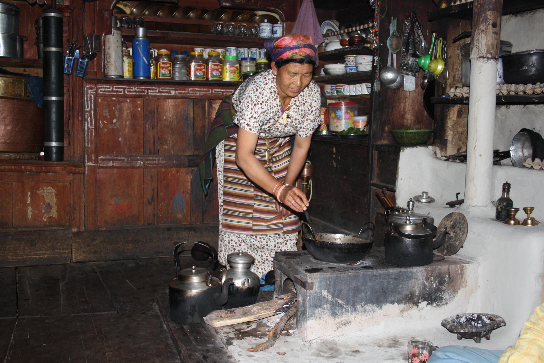 Eine Einheimische kocht traditionelles Essen