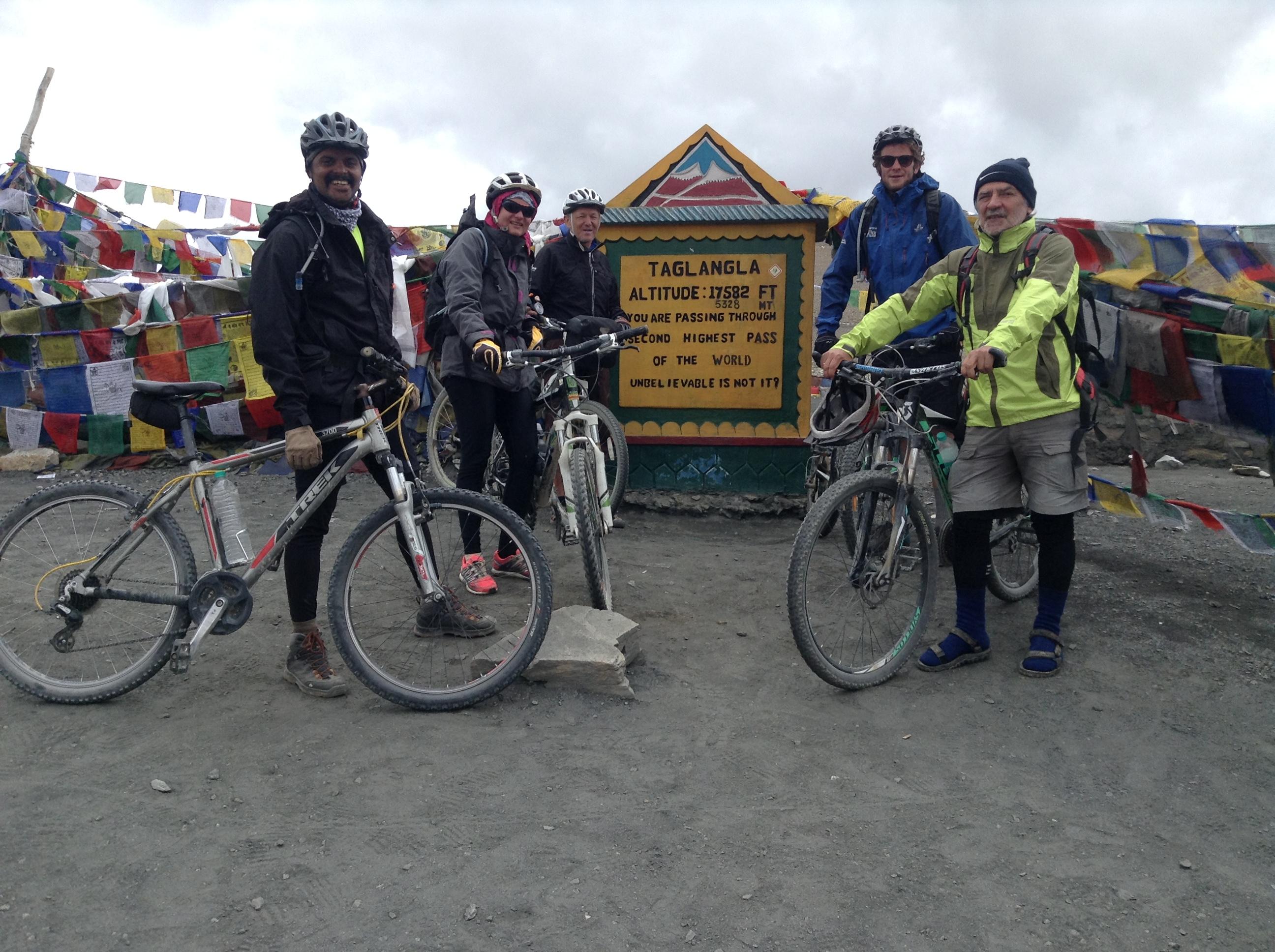 Gipfelfoto am zweit höchsten Pass der Erde