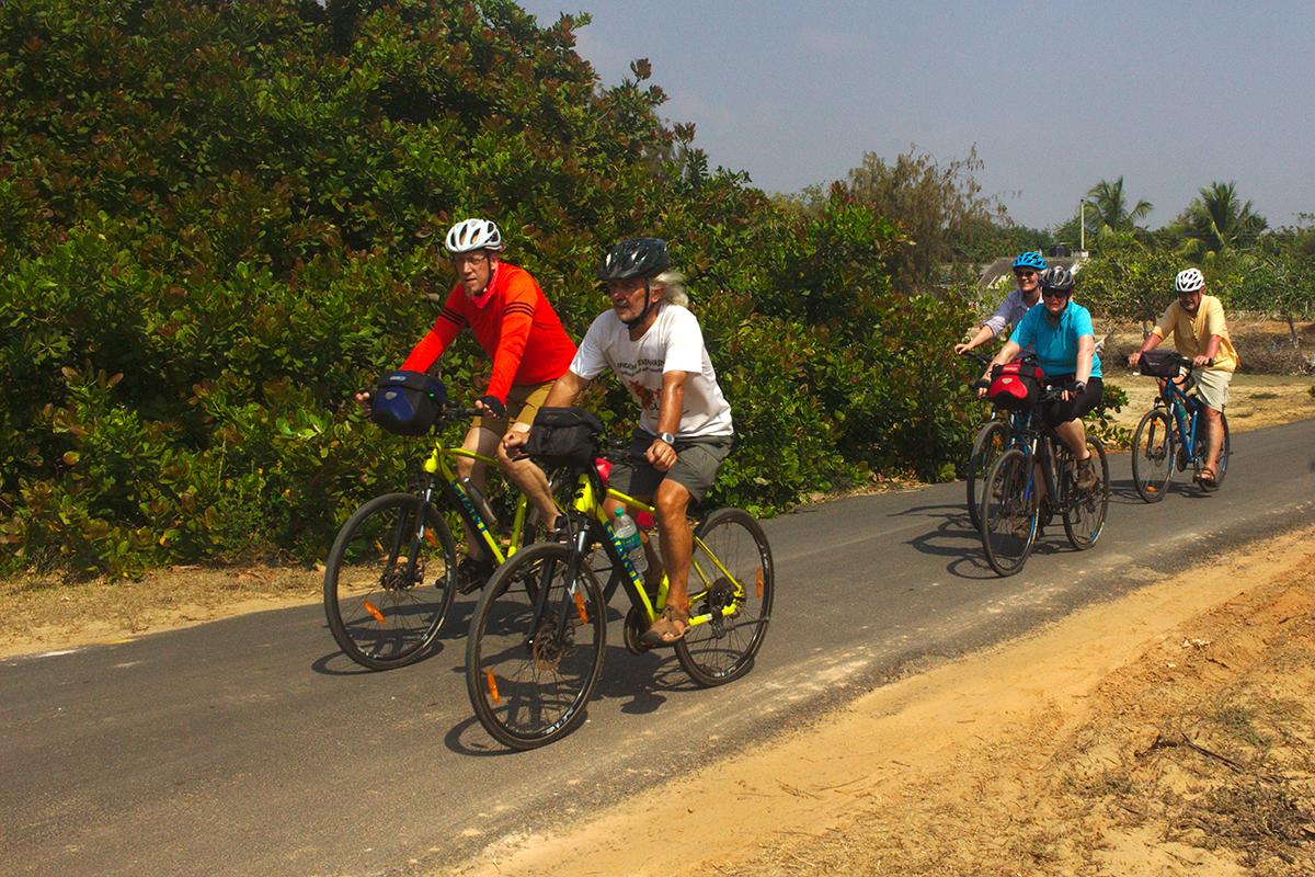 Trubel Tempel Tee und mehr - Reisegruppe unterwegs in der Hitze