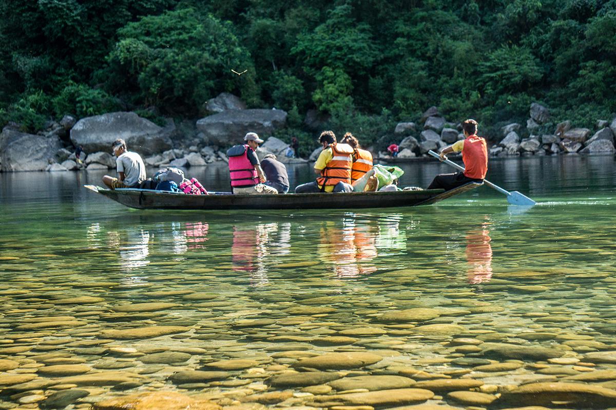 Megahalaya - Bootsfahrt auf einem klaren See