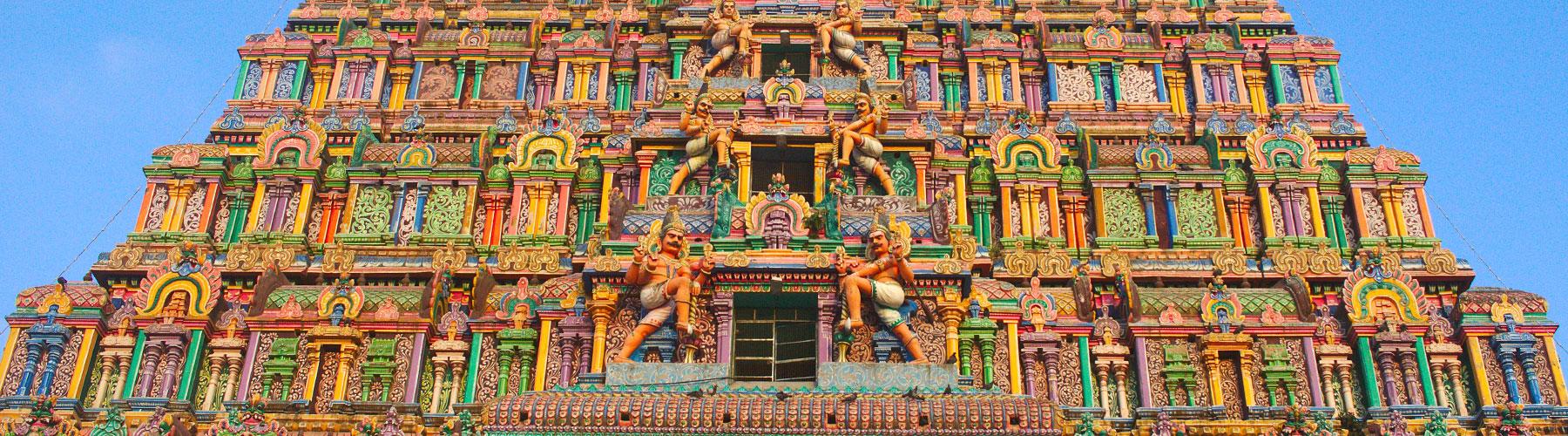Ein bunter Tempel mit einzigartigen Verziehrungen auf der Meghalaya-Tour
